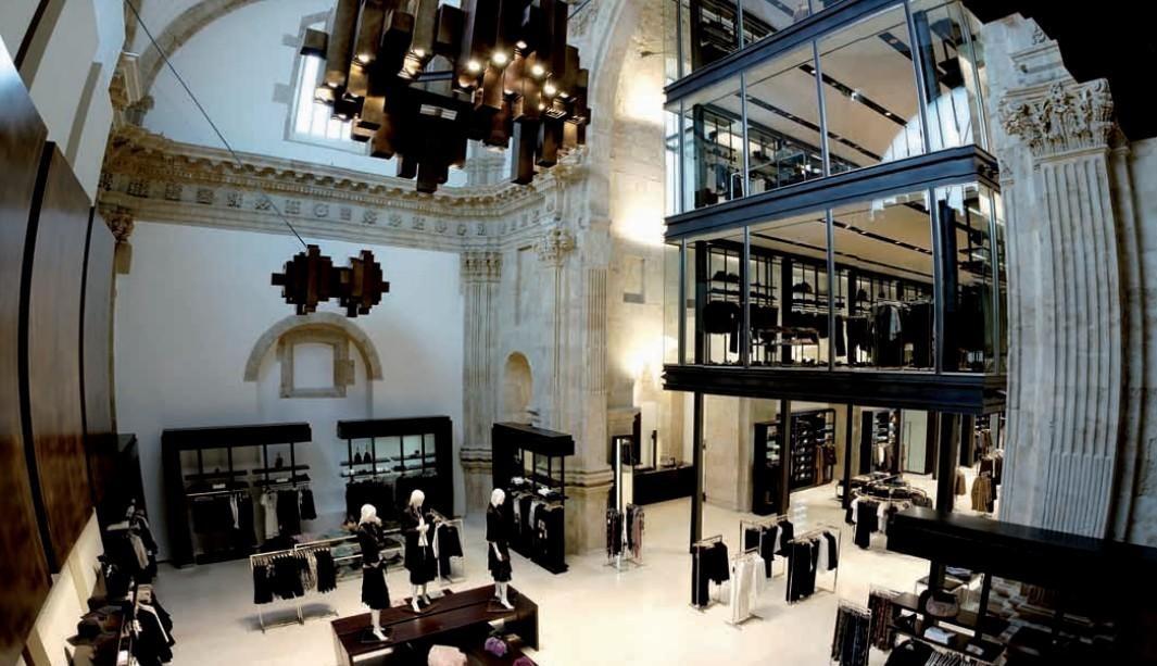interior-de-la-tienda-zara-en-la-iglesia-del-antiguo-convento-de-san-antonio-el-real-de-salamanca