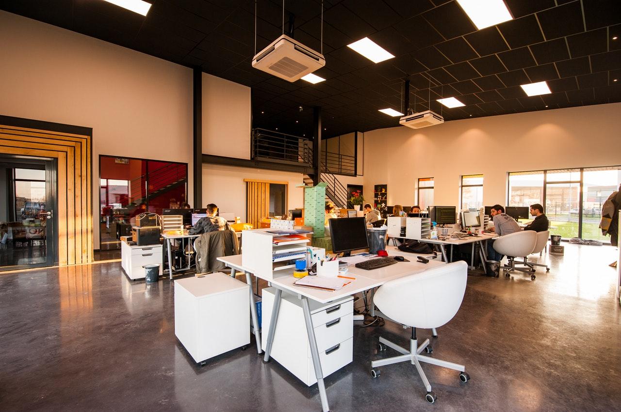 oficina-moderna-para-mejorar-el-ambiente-laboral