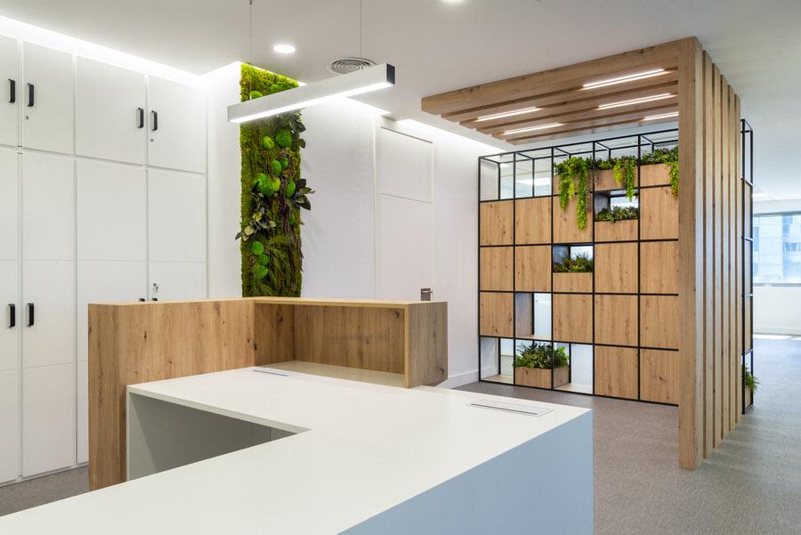 Recepción y espacio verde con acabados en madera